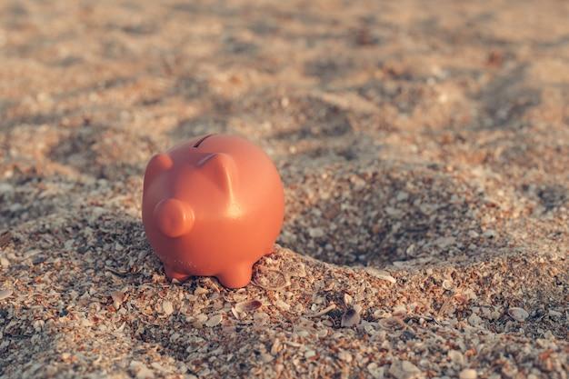 Tirelire d'été sur la plage Photo Premium