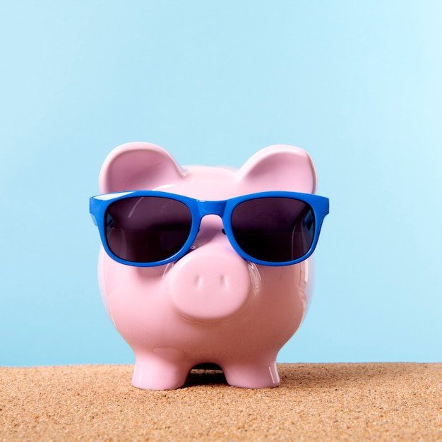 Tirelire rose plage voyage lunettes de soleil épargne de vacances. Photo gratuit