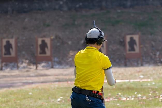 Tireur sur un champ de tir extérieur, mise au point sélective Photo Premium