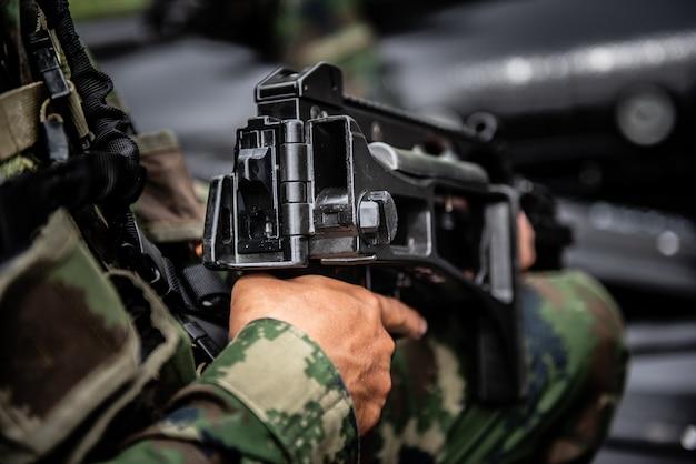 Un tireur d'élite militaire tient l'arme Photo Premium