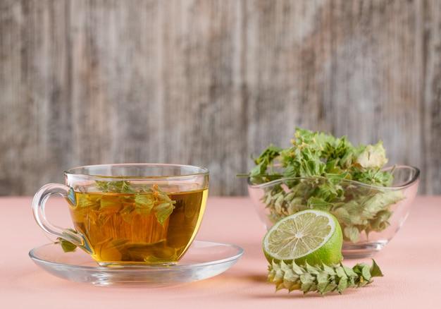 Tisane Aux Herbes, Citron Vert Dans Une Tasse En Verre Rose Et Bois, Photo gratuit