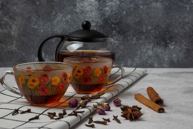 Tisane D'hiver Dans Les Tasses Aux épices. Photo gratuit