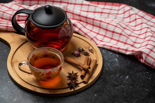 Tisane D'hiver Dans Les Tasses Avec Des épices Sur Une Planche De Bois. Photo gratuit