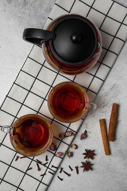 Tisane D'hiver Dans Les Tasses Avec Des épices Sur Un Torchon, Vue Du Dessus. Photo gratuit