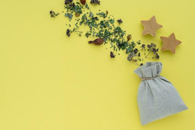 Tisane, Plantes Et Fleurs Sèches, Origan Et Boisson Vitaminée à La Menthe Dans Un Fond De Sac En Lin Photo Premium