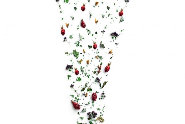 Tisane, Plantes Et Fleurs Sèches, Origan Et Boisson Vitaminée à La Menthe Dans Un Sac En Lin, Isoler, Placer Pour Le Texte, Copier L'espace. Photo Premium