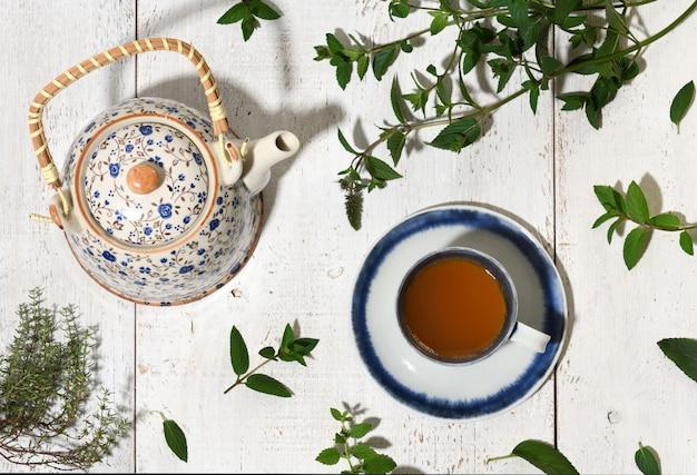Tisane Sur Une Table En Bois Blanche Photo Premium