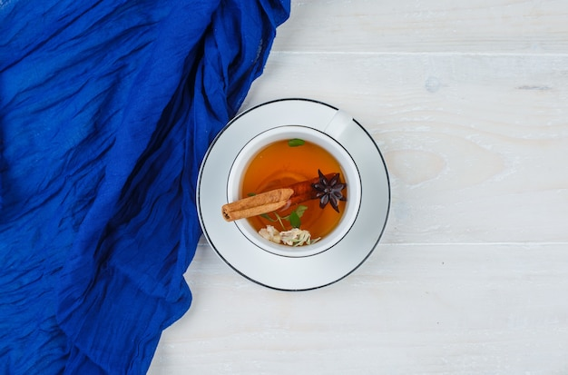 Tisane En Tasse Blanche Et Foulard Bleu Photo gratuit