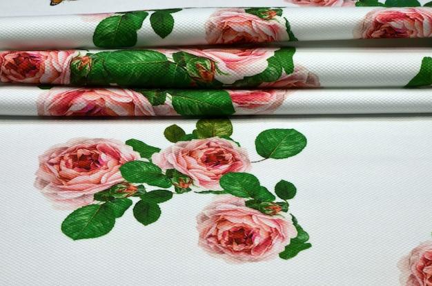 Tissu en coton avec ornement géométrique de roses et de papillons Photo Premium