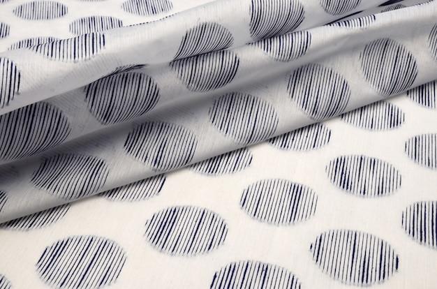 Tissu en coton avec pois bleus viscose sur blanc Photo Premium