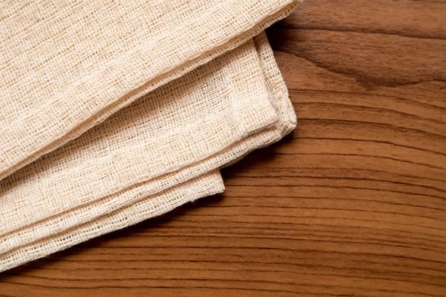 Tissu crème sur la table en bois Photo Premium