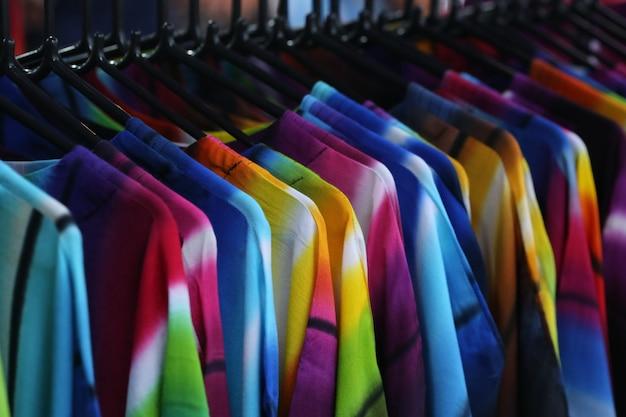 Tissu dans la boutique, chemise et robe Photo Premium