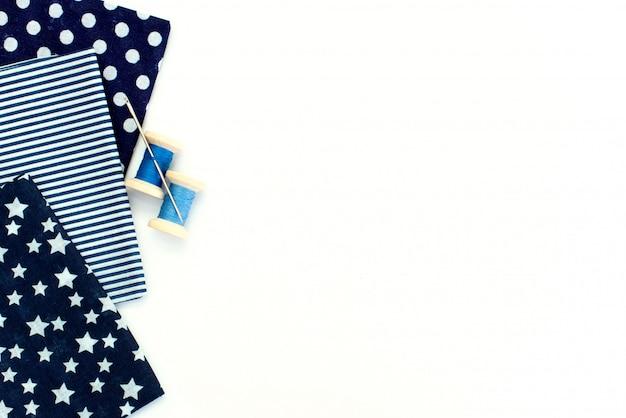 Tissu naturel rose et outils de couture sur la table en bois blanche Photo Premium