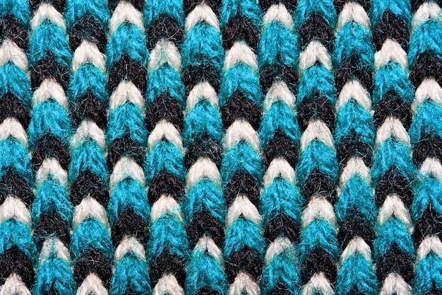 Tissu Tricoté Synthétique Avec Des éléments De Motif De Fils Bleus, Noirs Et Blancs Se Bouchent. Contexte Photo Premium