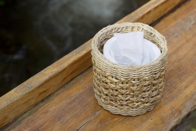 Tissus sur la table en bois Photo Premium