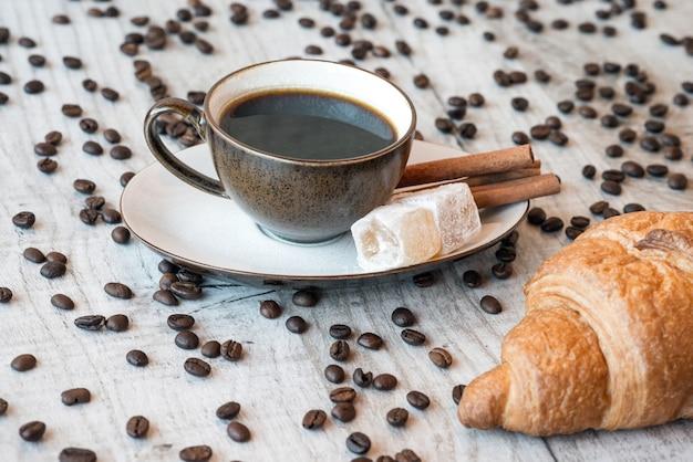 Titre Amour Des Grains De Café Avec Tasse à Café Et Bonbons Photo Premium