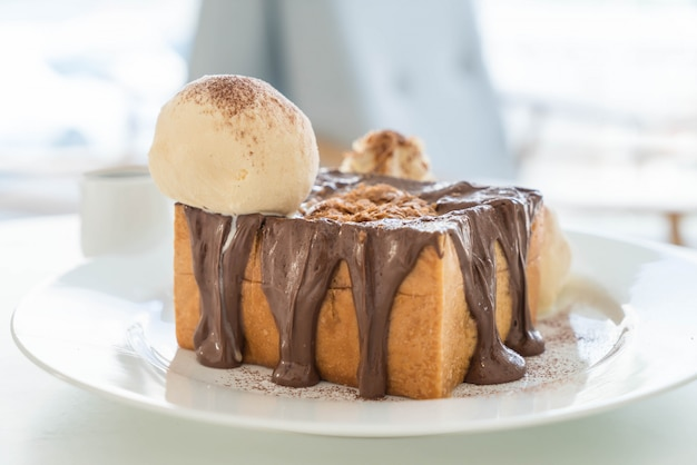 Toast au miel avec glace vanille et chocolat Photo Premium