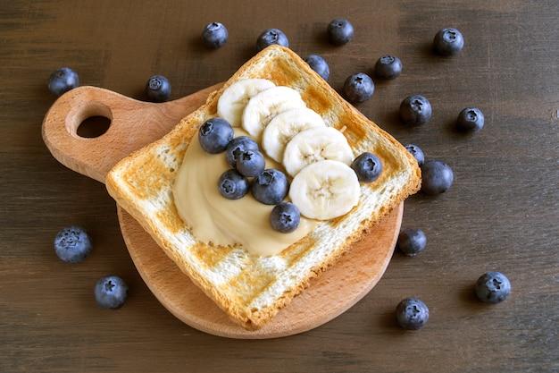 Toast frit au beurre de cacahuète et baies. Photo Premium