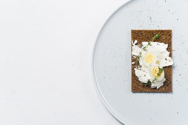 Toast oeuf de caille. Photo Premium