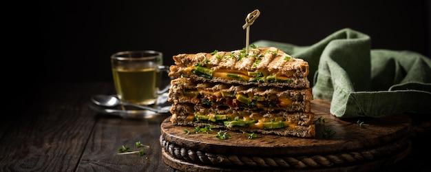 Toasts d'avocats en bonne santé pour le déjeuner Photo Premium