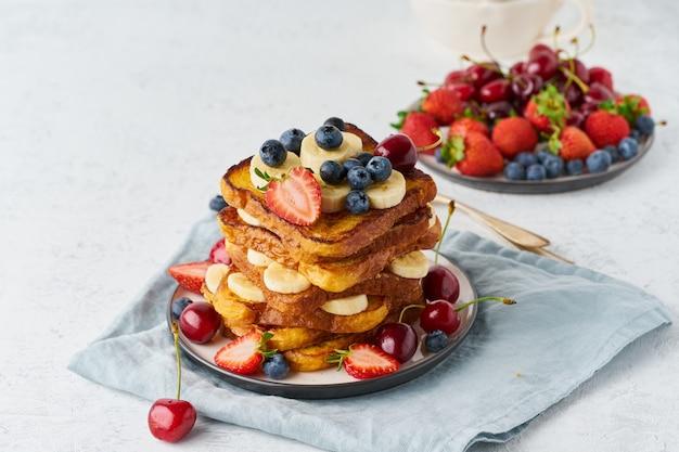 Toasts français aux baies et à la banane Photo Premium
