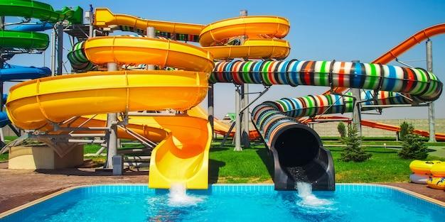 Toboggan Aquapark Coloré Avec Piscine Pour Tout Le Monde Photo Premium