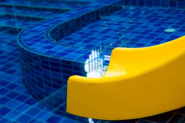 Toboggan de piscine piscine publique toboggan bleu eau extérieure Photo Premium