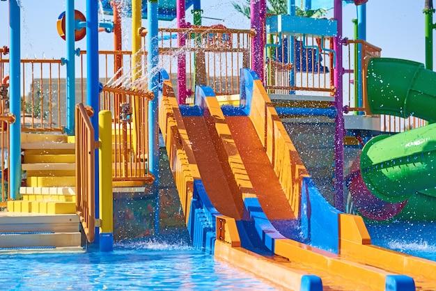 Des Toboggans Colorés Dans Le Parc Aquatique Se Bouchent. Sliders Aquapark Avec Piscine Photo Premium