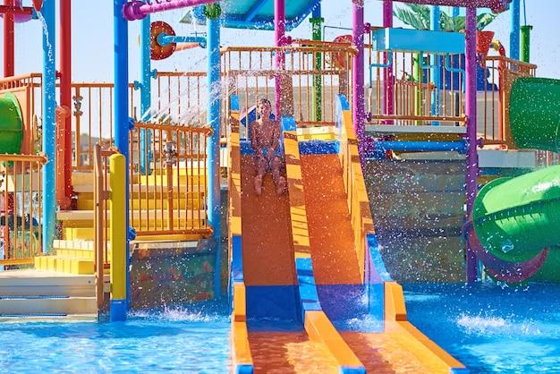 Toboggans Colorés Dans Le Parc Aquatique Photo Premium