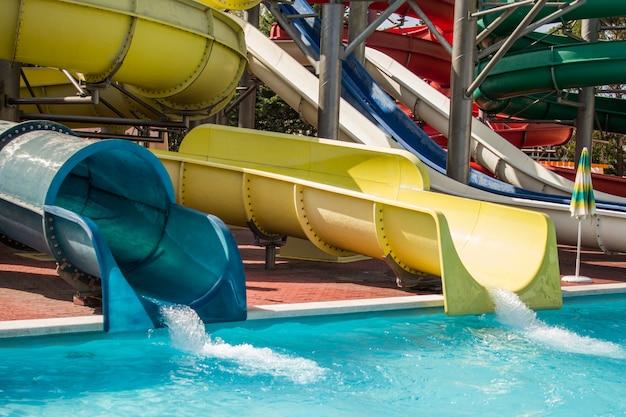 Toboggans De Piscine Pour Enfant Sur Toboggan Bleu Au Parc Aquatique Photo Premium