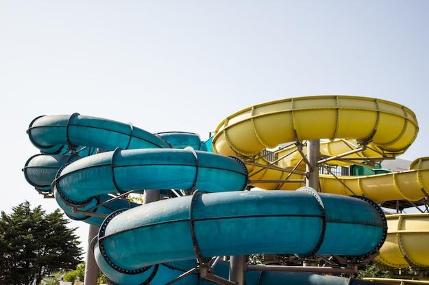 Toboggans En Plastique Colorés Dans Un Parc Aquatique Au Soleil Photo Premium