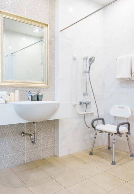 Toilette pour personnes âgées et handicapées pour soutenir le corps et éviter les glissades Photo Premium