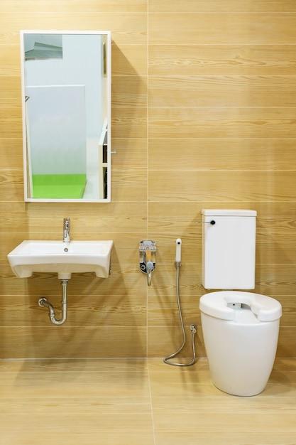 Toilette pour les personnes âgées et les personnes handicapées.elle a une poignée à deux côtés pour soutenir le corps et la protection contre le glissement. Photo Premium