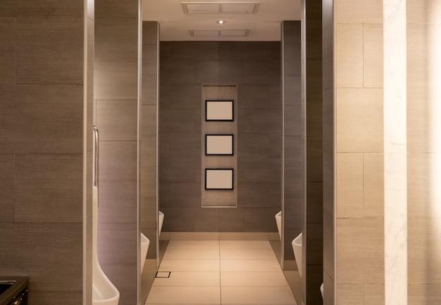 Toilettes publiques de luxe marron avec urinoir en céramique Photo Premium