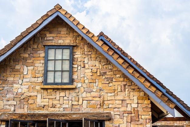Toit classique décoré de pierre et de bois de style vintage. bâtiment traditionnel Photo Premium