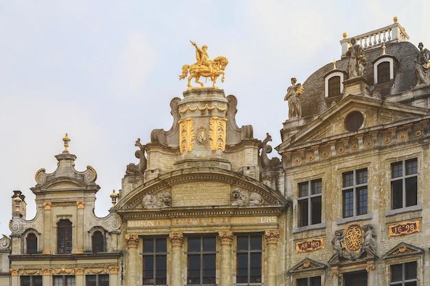 Toits renaissance de bâtiments historiques de la grand place à bruxelles, en belgique. Photo Premium