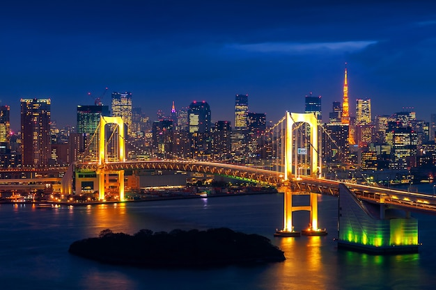Toits De Tokyo Avec Pont Arc-en-ciel Et Tour De Tokyo. Tokyo, Japon. Photo gratuit