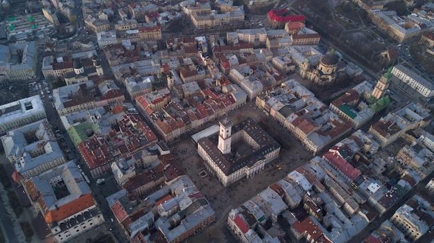 Toits De La Vieille Ville De Lviv En Ukraine Pendant La Journée. L'atmosphère Magique De La Ville Européenne. Point De Repère, L'hôtel De Ville Et La Place Principale. Vue Aérienne. Photo gratuit