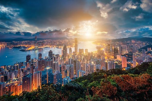 Toits De La Ville De Hong Kong Au Lever Du Soleil Vue De Peak Mountain. Photo Premium