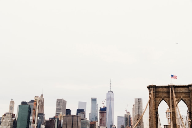 Toits de la ville et pont avec drapeau américain Photo gratuit