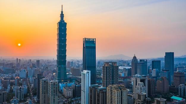 Toits de la ville de taiwan au coucher du soleil, le beau coucher de soleil de taipei, vue aérienne de la ville de taiwan. Photo Premium