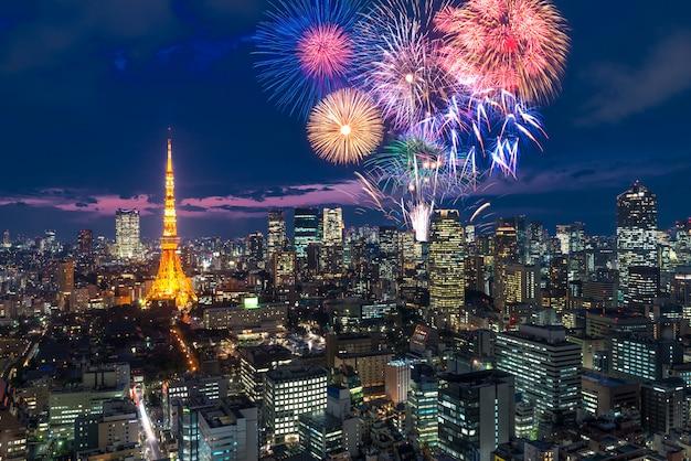 Tokyo la nuit, feux d'artifice célébrant le paysage urbain de tokyo la nuit au japon Photo Premium