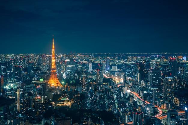 Tokyo skyline et vue des gratte-ciel sur la terrasse d'observation pendant la nuit au japon. Photo Premium