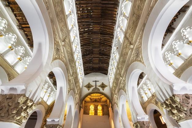 Tolède, espagne - synagogue intérieure de santa maria la blanca à tolède, en espagne. Photo Premium