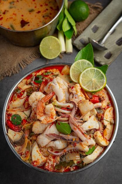 Tom Yum Fruits De Mer Mélangés Dans Une Soupe épaisse Hot Pot Spicy Thai Food. Photo gratuit
