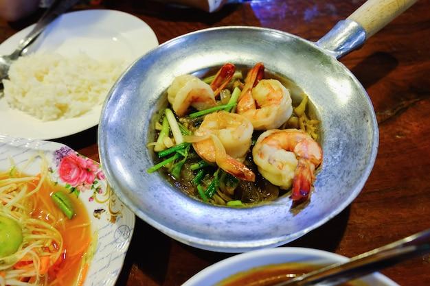 Tom Yum Goong Sur Une Table En Bois, Cuisine Thaïlandaise Photo Premium