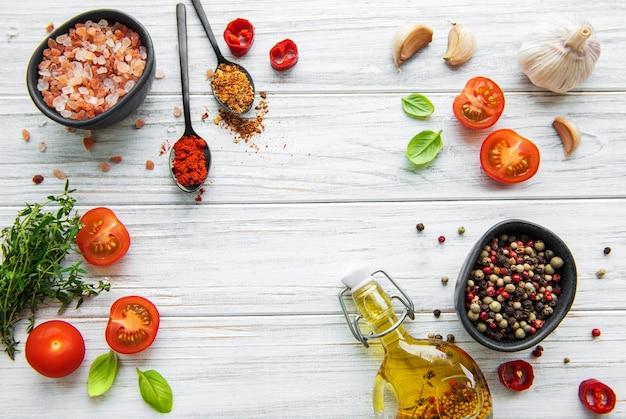 Tomate, Basilic Et Poivron à L'ail Sur Bois Blanc Photo Premium