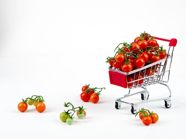 Tomate fraîche sur le blanc clair Photo Premium