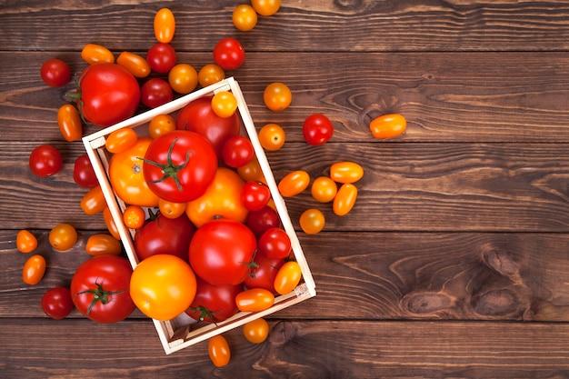 Tomate sur table en bois, vue de dessus Photo Premium