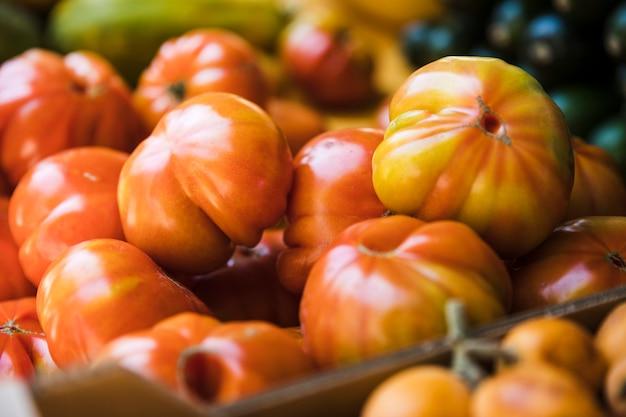 Tomates anciennes biologiques exposées au marché Photo gratuit